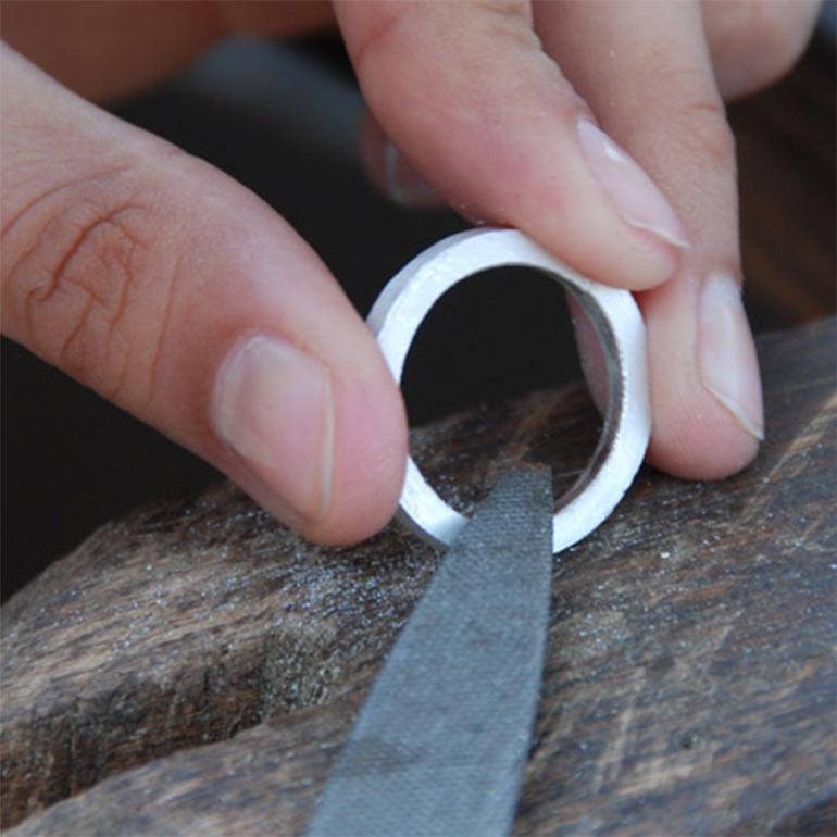 Ein Silberring wird gefeilt