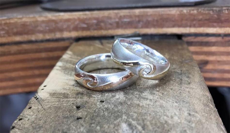 Eheringe aus Silber mit Goldornamenten und Diamant