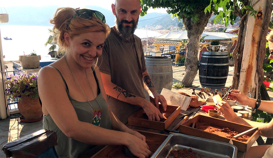 Paar im Goldschmiede Trauringseminar auf Korfu